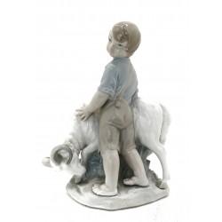 Niño con carnero de porcelana
