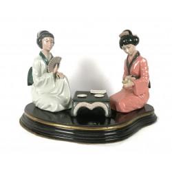 Precioso centro con pareja de geishas de porcelana